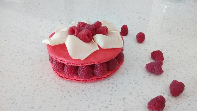 Rózsa ízesítésű mini macaron torta